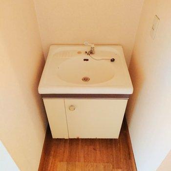 洗面台はとてもコンパクト。鏡が無いので好きなサイズのものを用意すると良さそう。※写真はクリーニング前のものです