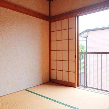 【和室】お隣は和室。壁はレトロな砂壁ですよ。※写真はクリーニング前のものです