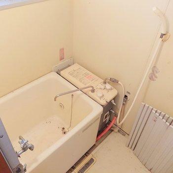 浴室はバランス釜になっています。※写真はクリーニング前のものです