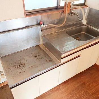 キッチンにはしっかり作業スペースがありますね。※写真はクリーニング前のものです