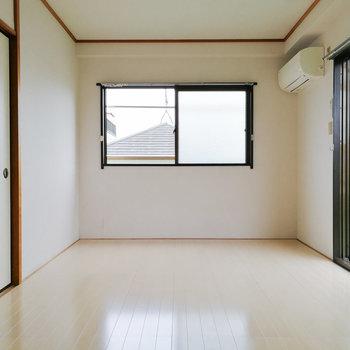 洋室はセミダブルベッドもOKな広さ。