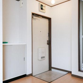 玄関前もシンプル。棚などで隠すと良さそう。