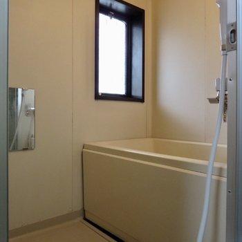 お風呂はツーハンドル水栓です