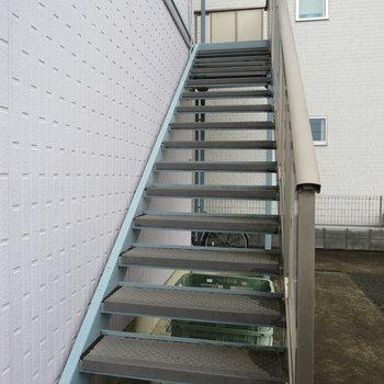 この階段を登ってお部屋に行きます