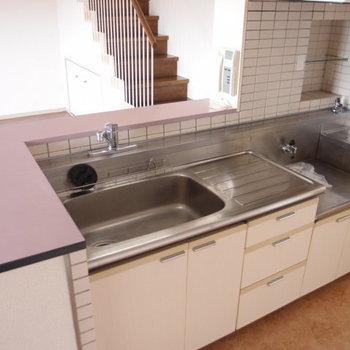 キッチン。淡いピンクのオープン型