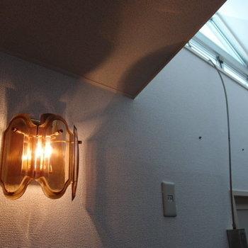 モダンな照明と上部のガラス屋根