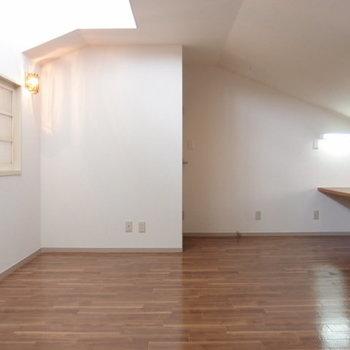 【洋室 11帖】上階の洋室。屋根の傾き