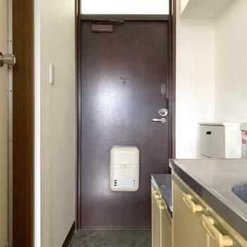 玄関のブラウンはレトロな色合い。