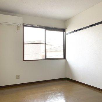 お部屋の広さはこれくらい。ベッドを置くなら奥側かな。