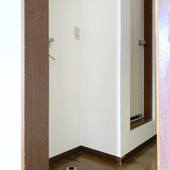 ドアを出てすぐ左手には洗濯機置き場があります。
