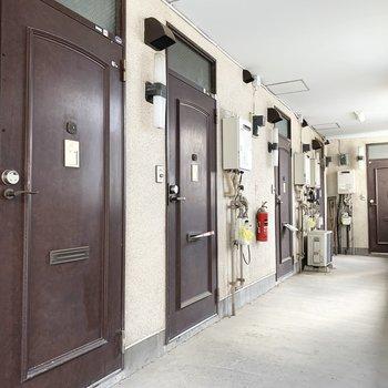 玄関前のスペース。このレトロ感たまらなくないですか?私は好きです。