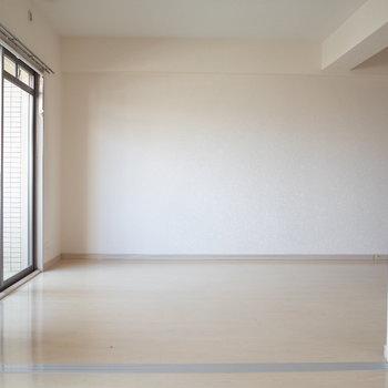 洋室からみたLDK(※写真は7階の同間取り別部屋のものです)