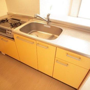 ビタミンカラーなキッチンがおちゃめ!(※写真は7階の同間取り別部屋のものです)