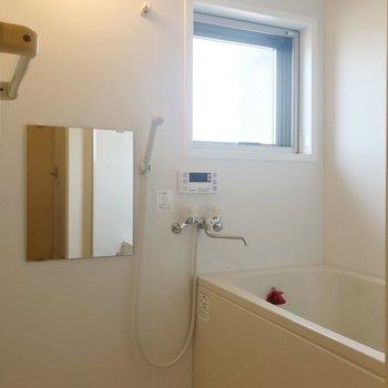 小窓付きお風呂。換気できますね。