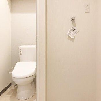 洗濯機置き場はトイレお隣に。