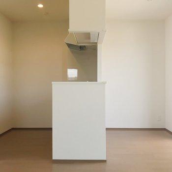 【LDK】対面式キッチン。右側のスペースにダイニングテーブルを。