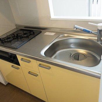 【LDK】キッチンは可愛いイエロー。二口コンロにグリルも付いていて嬉しい。