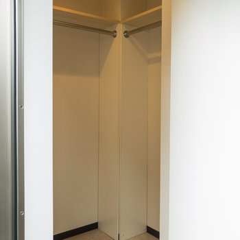 【洋室】右側にもスペースがあります。服がたくさん入りそうですね。