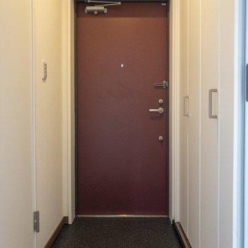 玄関の朱色の扉が素敵。
