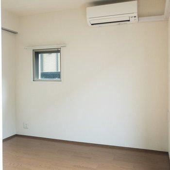 【洋室】サイドにも窓が。窓際にベッドを置こうかな。