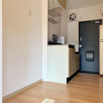 キッチン横に冷蔵庫と洗濯機が置けます