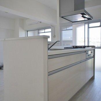 清潔感たっぷりのホワイトキッチン!※写真は同タイプの別室。