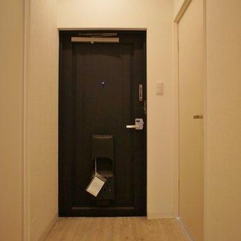 玄関も広々~!※写真は同タイプの別室。