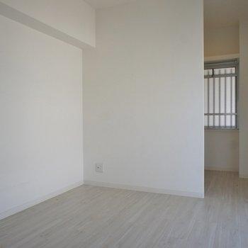 洋室もまずまずの広さ◎※写真は同タイプの別室。