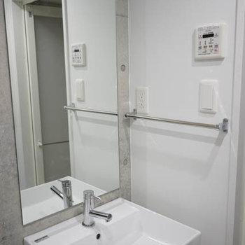 しっかり洗面台。※写真は3階の反転間取り別部屋のものです
