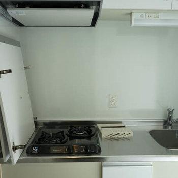 キッチンはしっかりガス2口。※写真は3階の反転間取り別部屋のものです