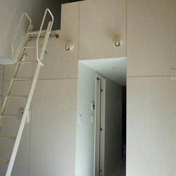 ロフトへは階段風はしごで。※写真は3階の反転間取り別部屋のものです
