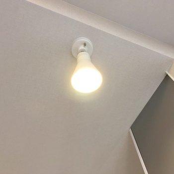 キッチンの天井には可愛いライトが。(※写真は9階の同間取り別部屋、モデルルームのものです)