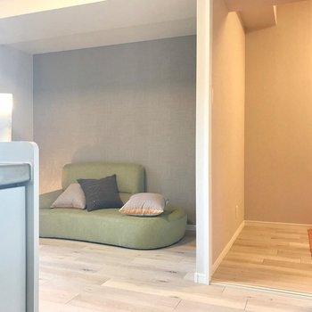 壁のくぼみにもソファを置いたり、本棚を置いたり。(※写真は9階の同間取り別部屋、モデルルームのものです)