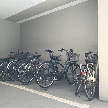 駐輪場はここと、