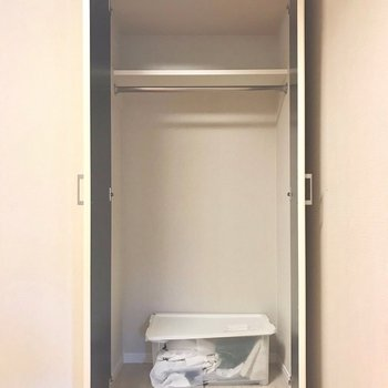 収納はコンパクト。(※写真は9階の同間取り別部屋、モデルルームのものです)