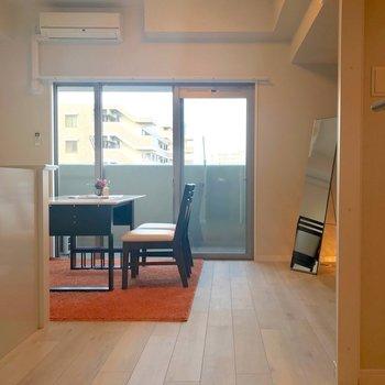 カウンターキッチンに横長のリビング。(※写真は9階の同間取り別部屋、モデルルームのものです)