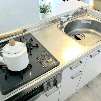 白いキッチンにはホーローのケトルが似合う!(※写真は9階の同間取り別部屋、モデルルームのものです)