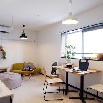 腰窓のため、窓際にも家具が置けますね。※写真は2階同間取り別部屋のものです