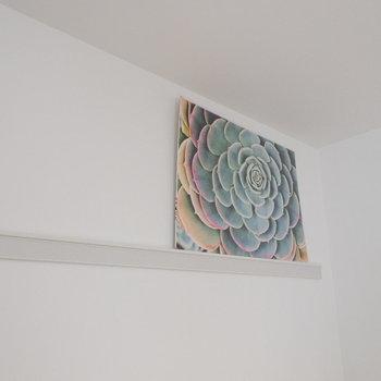 長押にはアートなどで彩りを。※写真は2階同間取り別部屋のものです