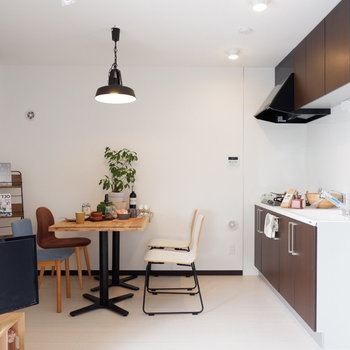 ブラウンのキッチンで空間が引き締まります。※写真は2階同間取り別部屋のものです