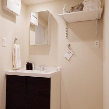 脱衣所には独立洗面台と洗濯機置場が。※写真は2階同間取り別部屋のものです