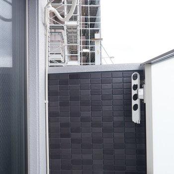 バルコニーはコンパクトです。※写真は2階同間取り別部屋のものです