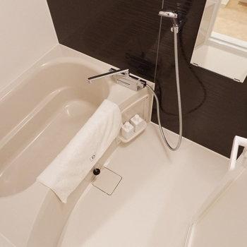 浴室は1人暮らしには十分なサイズ。※家具はサンプルです
