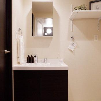 独立洗面台やストックを置く棚も。※家具はサンプルです