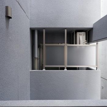 眺望は同建物隣のお部屋です。目隠しがあります。