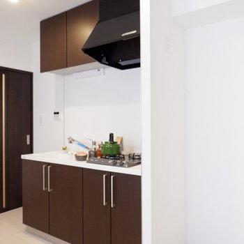 キッチン横に冷蔵庫を。※家具はサンプルです