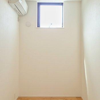 【洋室】気を取り直して。南側の高いところに窓があります。 ※写真は前回募集時のものです
