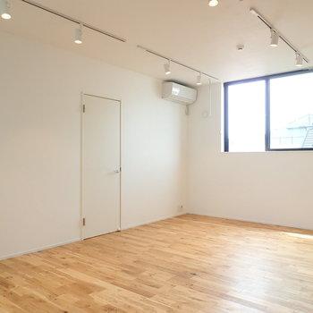 【LDK】チラッと見えるのは洋室への扉。 ※写真は前回募集時のものです