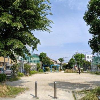 近くの公園。広場と遊具どちらもあってゆっくり遊べそうでした。