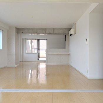 お隣の洋室の扉を開けるとこの広さ!エアコン完備。(※写真は清掃前のものです)